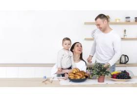 带着孩子在厨房和复印空间的幸福家庭_7089314