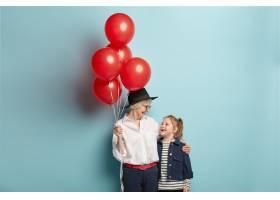 幸福关爱奶奶手捧一束红色气球为孙女庆生_11633784