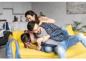 幸福的一家人在客厅里鬼混_7069551