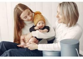 优雅的奶奶在家里带着女儿和孙子_7375919