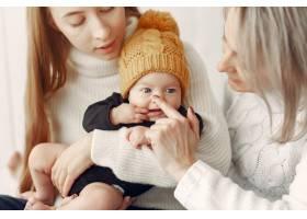 优雅的奶奶在家里带着女儿和孙子_7375920