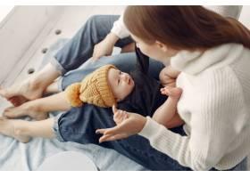 优雅的奶奶在家里带着女儿和孙子_7375929