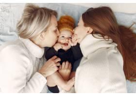 优雅的奶奶在家里带着女儿和孙子_7375930