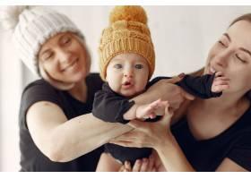 优雅的奶奶在家里带着女儿和孙子_7376536