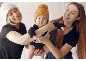 优雅的奶奶在家里带着女儿和孙子_7376537