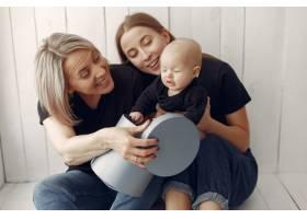 优雅的奶奶在家里带着女儿和孙子_7376542