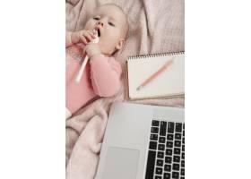 俯视图婴儿在笔记本电脑旁_7462967