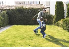 全景拍摄的父亲和孩子在户外玩耍_7553357