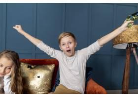 前景男孩赢得了和他妹妹玩电子游戏的胜利_6748769