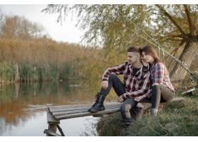 在一个钓鱼的早晨一对夫妇在河边钓鱼_7169674