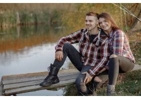在一个钓鱼的早晨一对夫妇在河边钓鱼_7169677