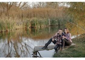 在一个钓鱼的早晨一对夫妇在河边钓鱼_7169678
