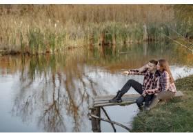 在一个钓鱼的早晨一对夫妇在河边钓鱼_7169679