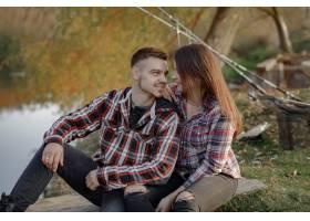 在一个钓鱼的早晨一对夫妇在河边钓鱼_7169680