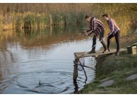 在一个钓鱼的早晨一对夫妇在河边钓鱼_7169703