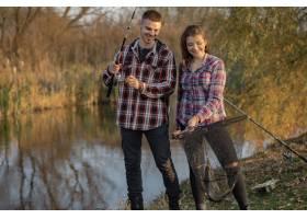 在一个钓鱼的早晨一对夫妇在河边钓鱼_7169704
