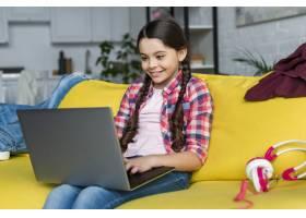 在室内使用笔记本电脑的年轻女孩_7070849