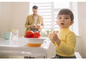 穿着黄色衣服的可爱的孩子和他的父亲_7500413