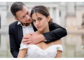迷人的黑发新娘和英俊新郎的肖像_7497135