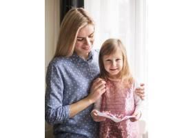 金发妈妈和可爱的小女孩在一起_7146612