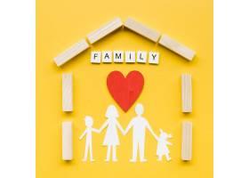 黄色背景上的家庭概念构图_7405114