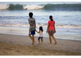海滩上的人们在散步_7168031