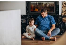 父亲和他的儿子一起在家里_7435521