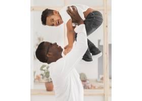 父亲和儿子在室内玩耍_7119890