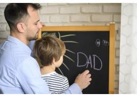 父亲和孩子在一起画画_7553354