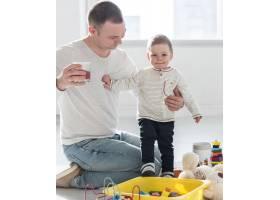 父亲和孩子在家中摆姿势_7089435