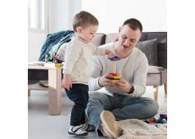 父亲和孩子在家里玩耍_7089413