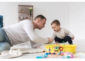 父亲和孩子玩耍的侧观_7089349