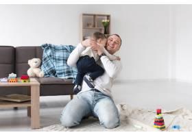 父亲在家中抱着孩子的前景_7089367