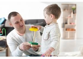 父亲在家里带着婴儿玩耍_7089437