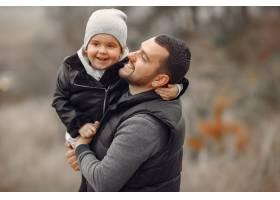 父亲带着小女儿在春天的田野里玩耍_7090741