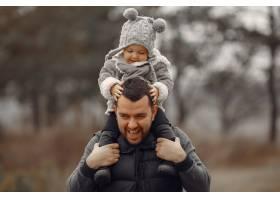 父亲带着小女儿在春天的田野里玩耍_7090749