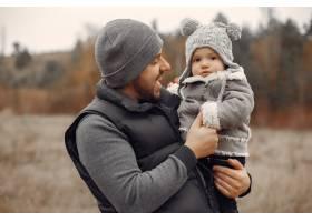 父亲带着小女儿在春天的田野里玩耍_7090751