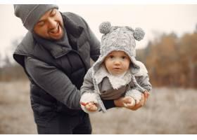 父亲带着小女儿在春天的田野里玩耍_7090752