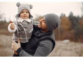 父亲带着小女儿在春天的田野里玩耍_7090753