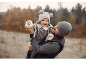 父亲带着小女儿在春天的田野里玩耍_7090754