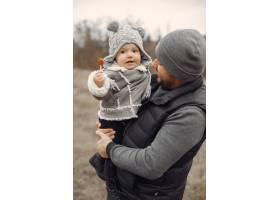 父亲带着小女儿在春天的田野里玩耍_7090755