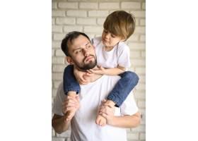 父亲把孩子抱在肩上_7553239