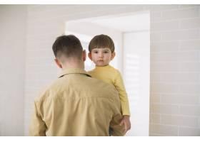 父亲抱着儿子的中等镜头_7500393