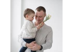 父亲抱着孩子抱着花_7089407