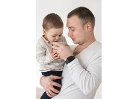 父亲抱着孩子的侧观_7089306