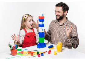 父女俩一起玩益智游戏_6638511