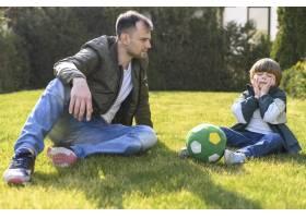 父子俩一起踢足球_7553359