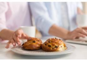 成熟恩爱夫妇一家人吃糕点的剪裁照片_7340399