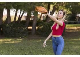 戴棒球手套的女孩的中景_7011895
