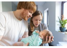 新妈妈和新爸爸抱着和拥抱着婴儿_6882483